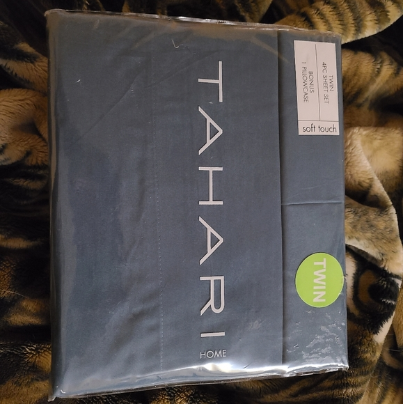 Tahari Other - TAHRI Twin bed sheets 4pc